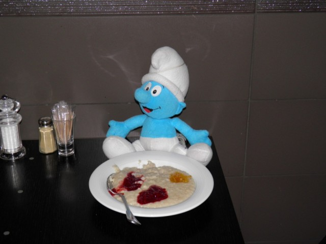 Smurf eats porridge