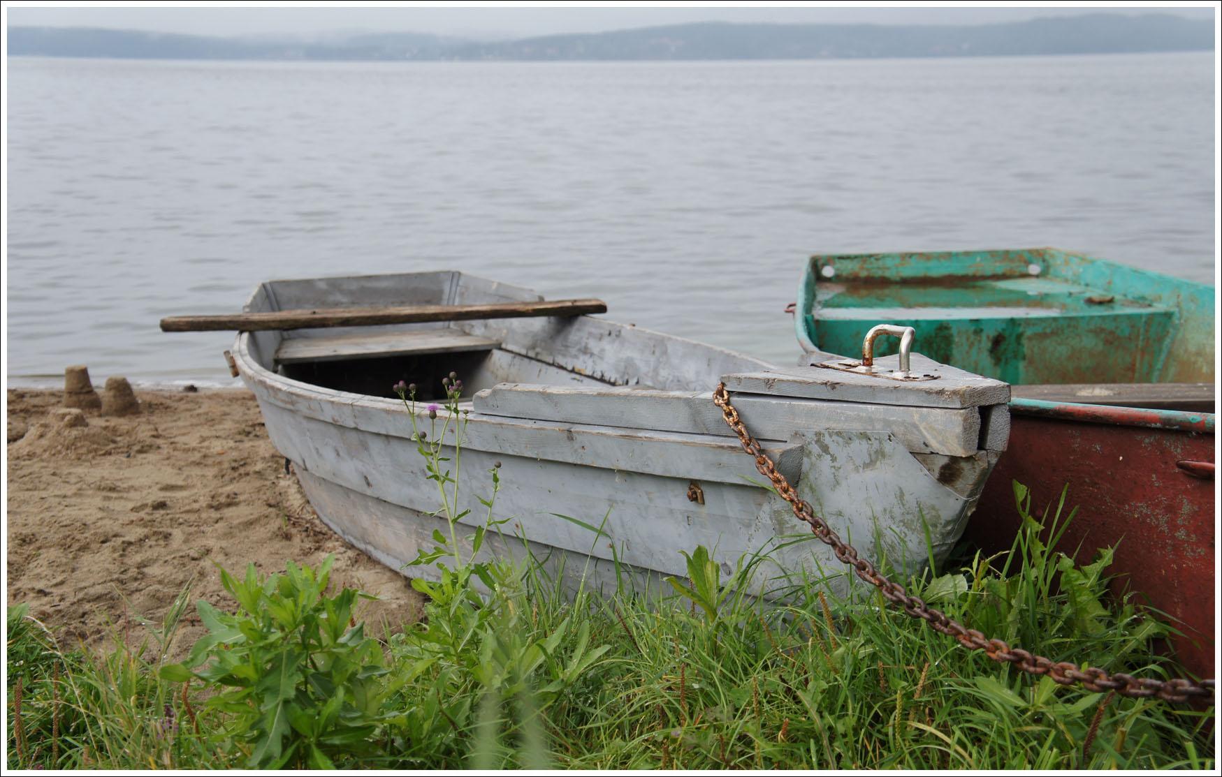 лодки прикованы к берегу