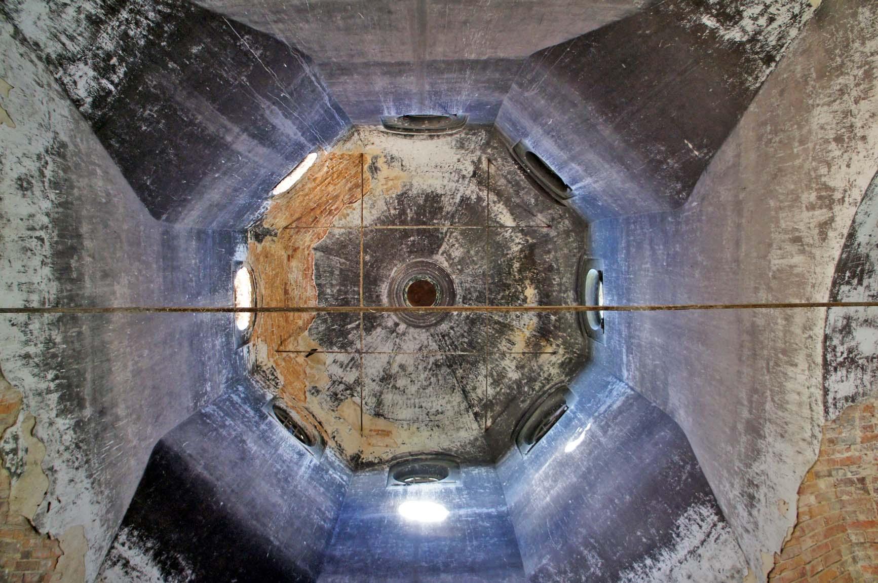 Березовка, главный свод. Там вверху единственныя сохранифшийся фрагмнт росписи - Саваоф