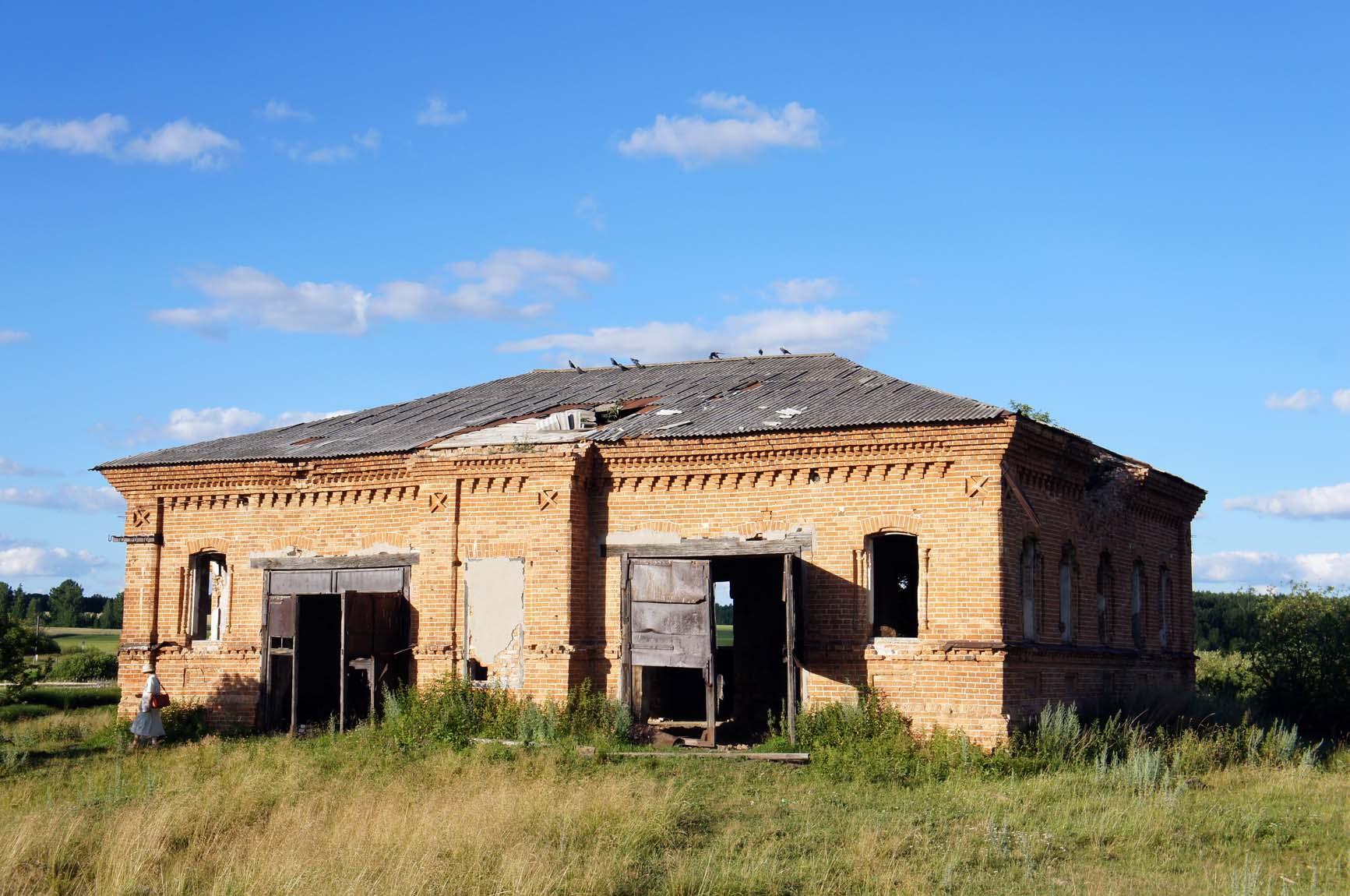 Березовка, судя по всему, в комплекс входила церковно-приходская школа, из которой в советские времена сделали склад
