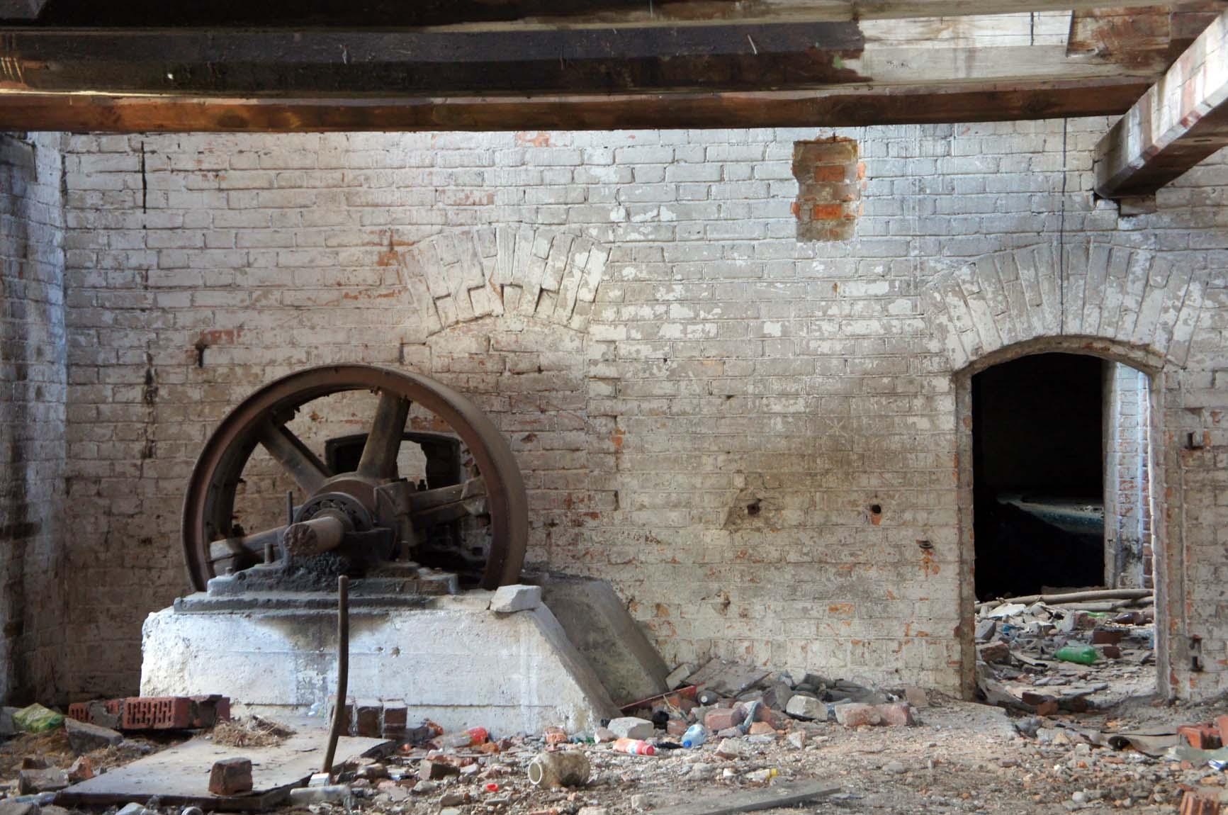 Ирбит. В здании мельницы запустение и остатки невыломанного оборудования