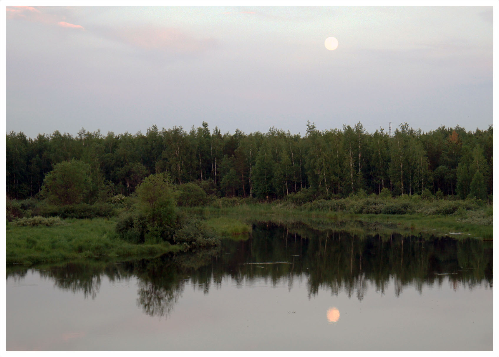 всходила полная луна