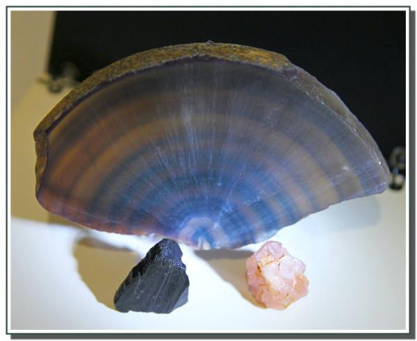 Флюорит и камни.JPG