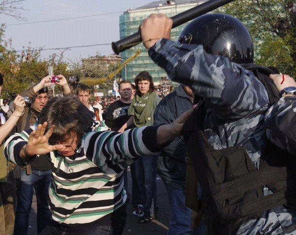 Полицейский ОМОН избивает беременных - Песков предлагает размазывать печени по асфальту . Бабр-Новости