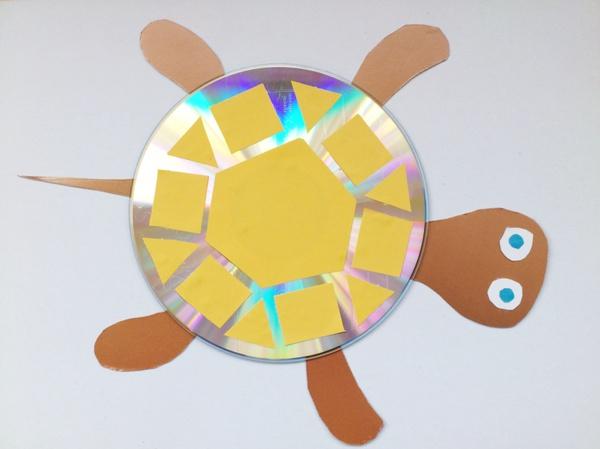 Черепаха из диска и цветной бумаги