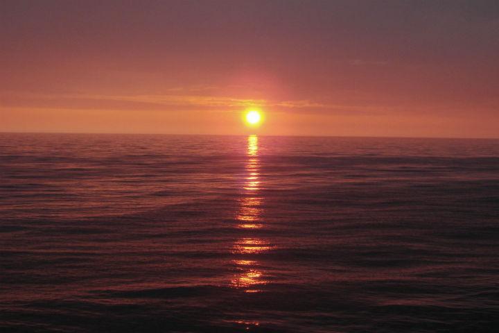 (1) Охотское море (Тихий океан). Почему-то солнце рождается там, где Америка...