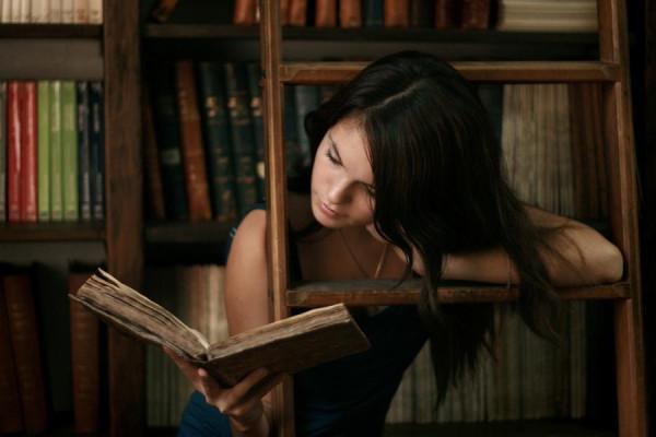 Девушка и книги (2)