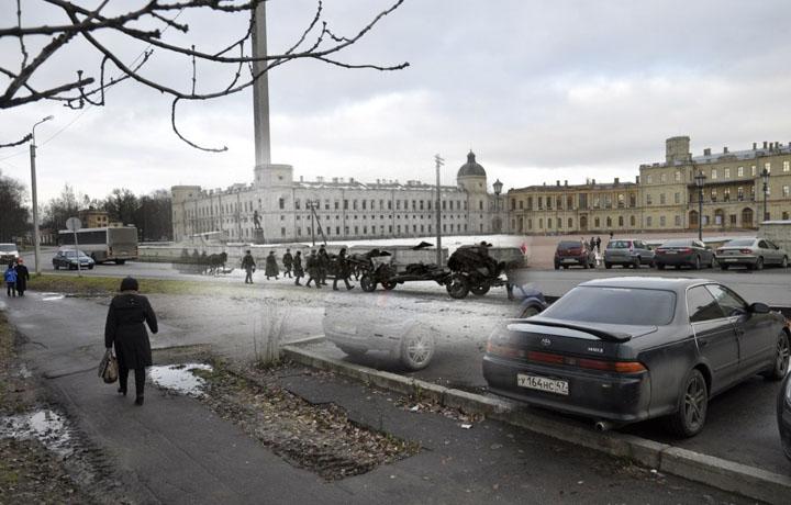 1944-2013 Советские артиллеристы на марше (Гатчина. Гатчинский дворец).jpg