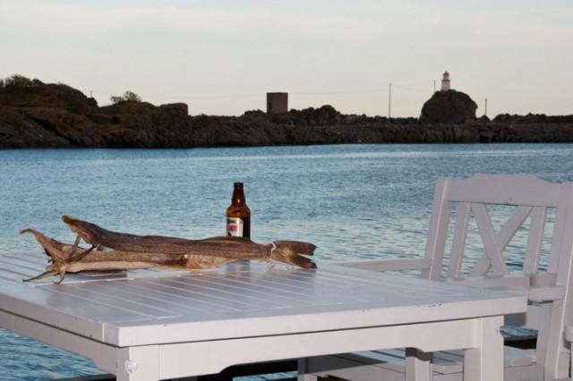 Norsk fortsatt liv - tørket torsk og øl -- Пивасик и вобла.jpg