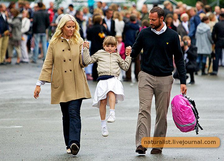 (12) Принцесса пошла в школу!  Папа и мама пришли за дочкой..jpg