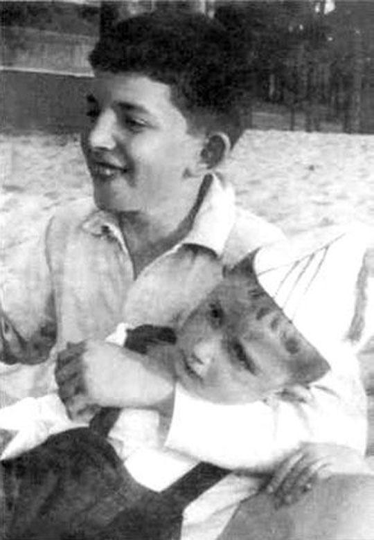 Аркадий и Борис Стругацкие. Лето 1939 г., под Ленинградом.jpg