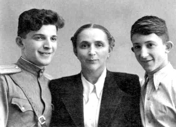 Аркадий и Борис с мамой. 28 августа 1948 г..jpg