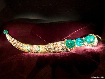 Emerald-Dagger-in-Topkapi