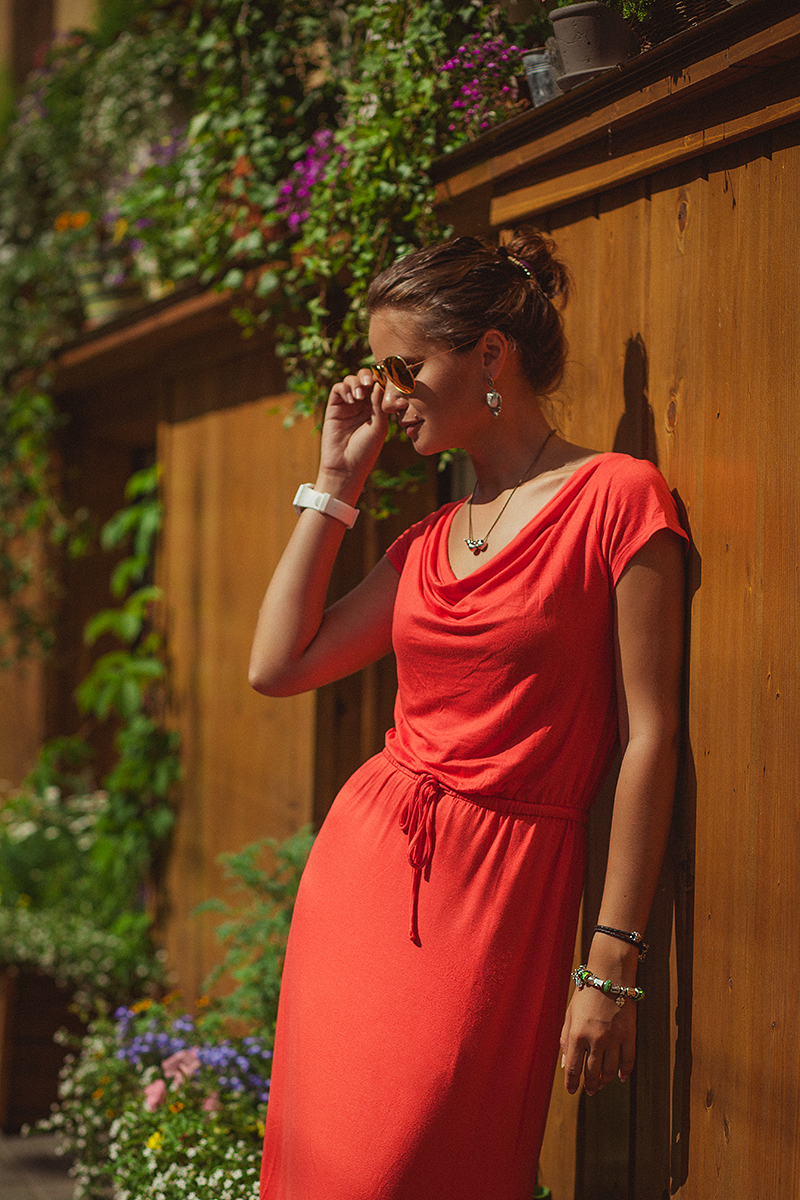 Как выглядит фотограф Александра Наветная. Наветная в Питере. Портрет красивой девушки с красном платье Gap. Очки RayBan.