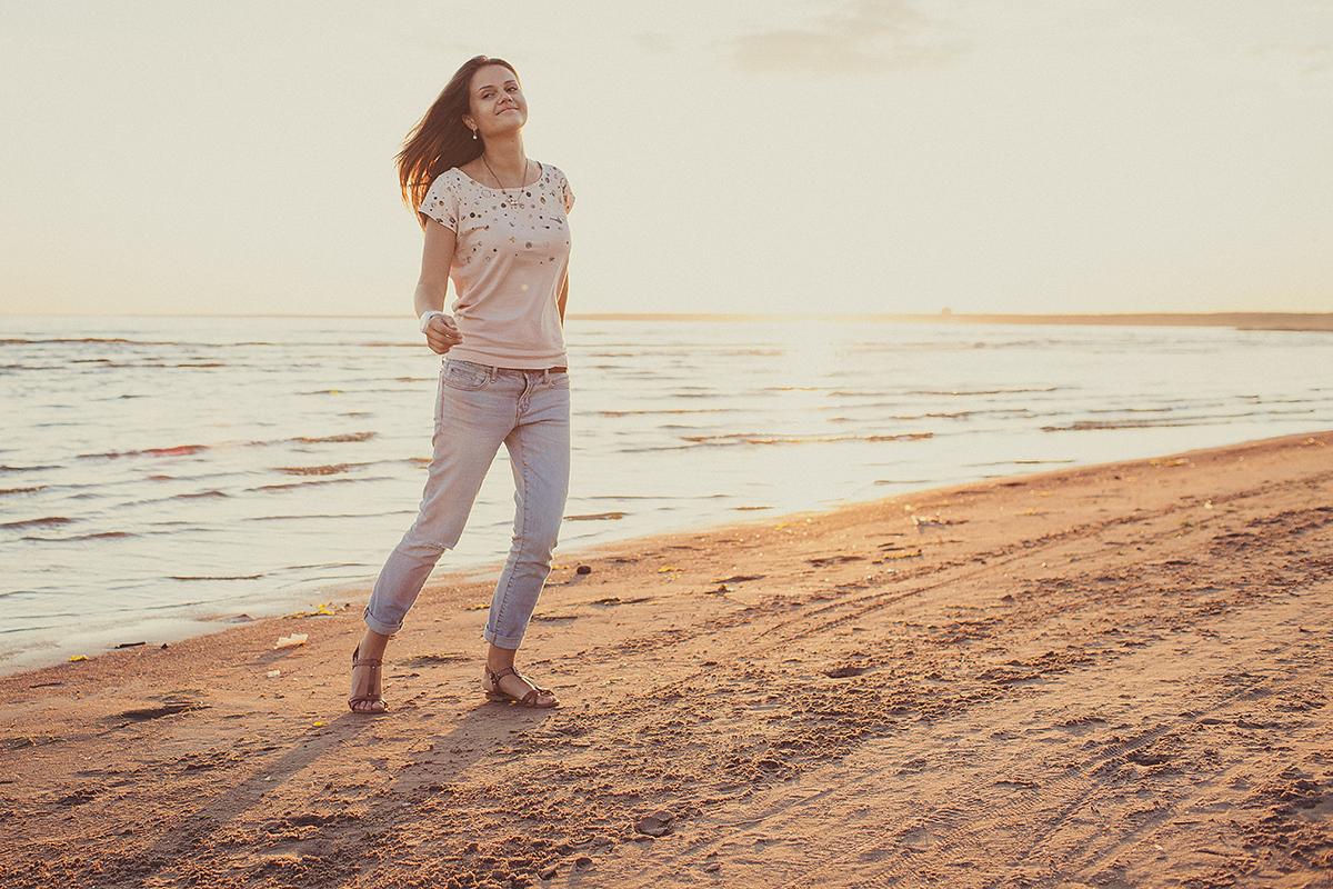 Как выглядит фотограф Александра Наветная. Фотограф Оксана Струкова. Портрет красивой девушки на Финском заливе в закатном солнце. Ванильная обработка. Интересные места для фотосессий. Идеи для съемки. Лайф стайл фотографии