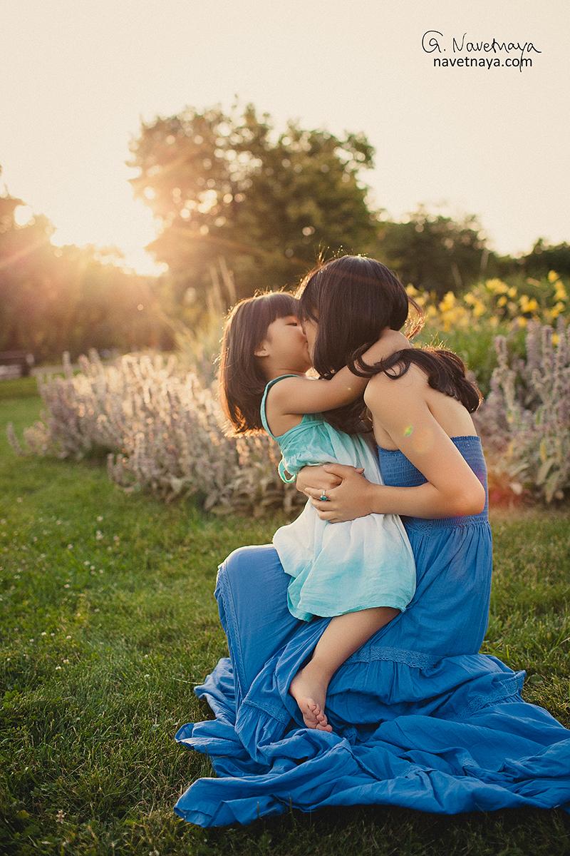 Лучший семейный фотограф Александра Наветная. Фотосессия красивой мамы с дочкой в парке Коломенское. Портреты в закатном красивом свете. Лучший детский фотограф