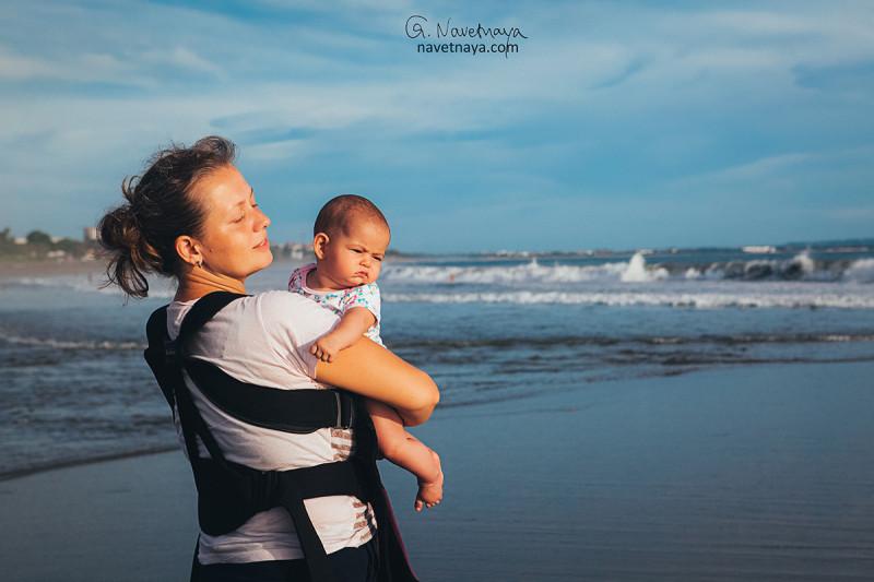 Марина Демина, автор проекта Humans of Bali. Счастливая мама на пляже. Бали, Индонезия. Искренние фотографии.