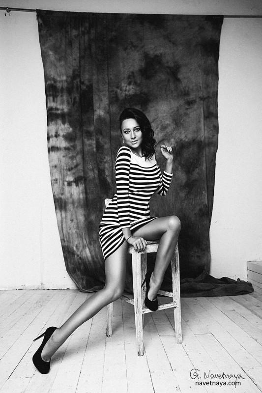 Фотограф Александра Наветная. Женский портрет. Фотосессия в Москве. Черно-белая фотография. Портрет красивой девушки . Идеи для фотосессии. Как подобрать одежду для фотосессии. Сколько стоит фотосъемка. Фотосессия в студии.