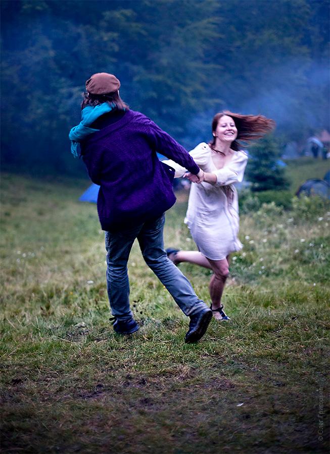 танцы на фестивале хиппи