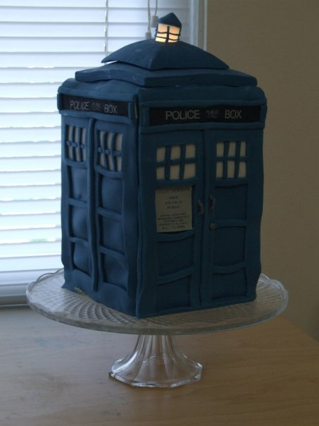 TARDIS_Cake_by_Girl_on_the_Moon