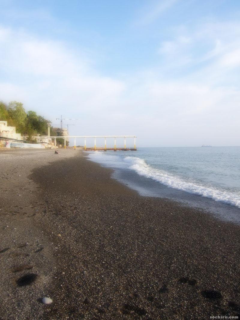 Пустынный пляж санатория Юность