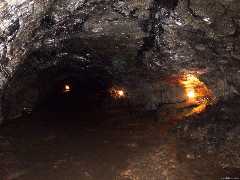 Иллюзия потоков воды на потолке пещеры