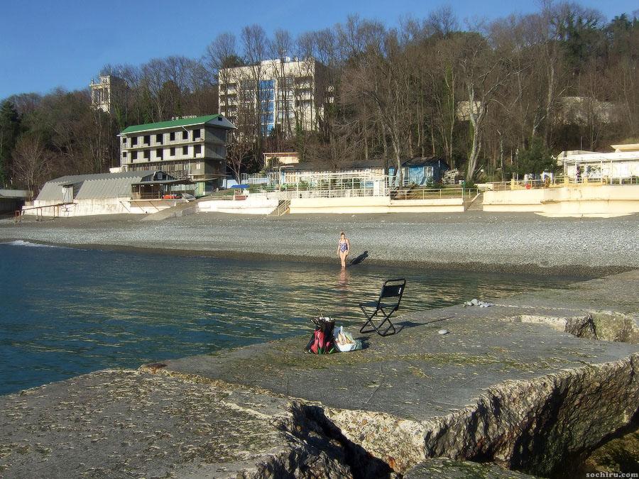 Отважная купальщица на пляже санатория Солнечный