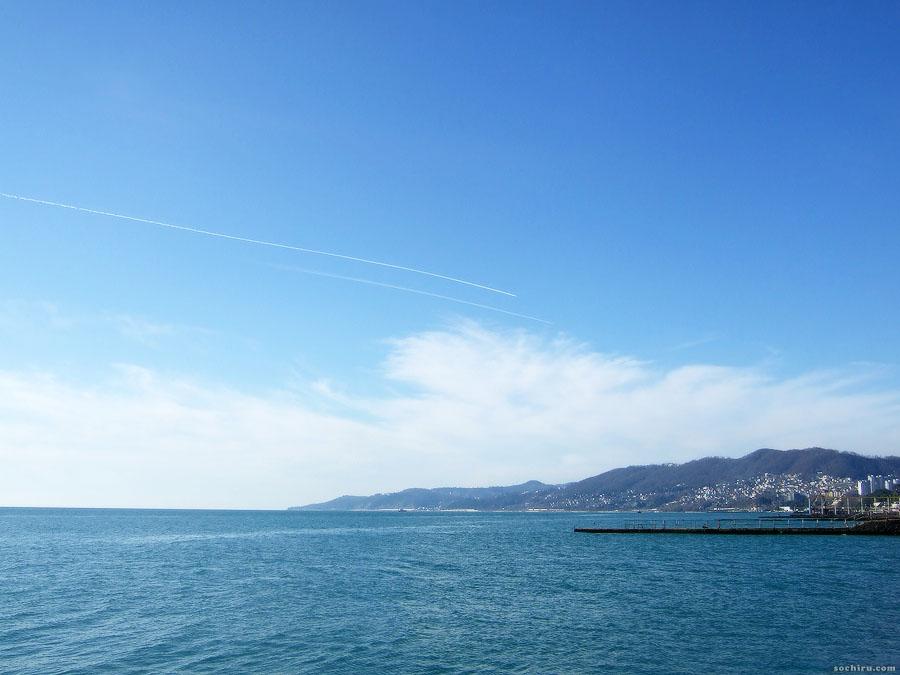 Голубое море и небо. В небе самолёты