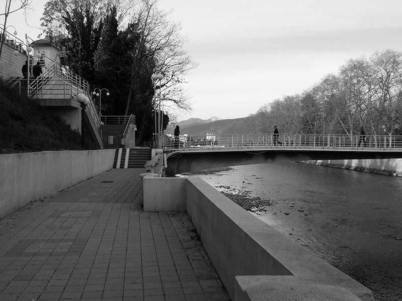 Пешеходный мост через реку Сочи
