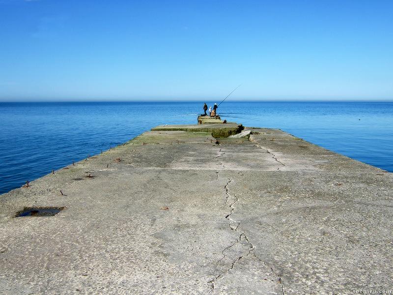 Причал и синее море