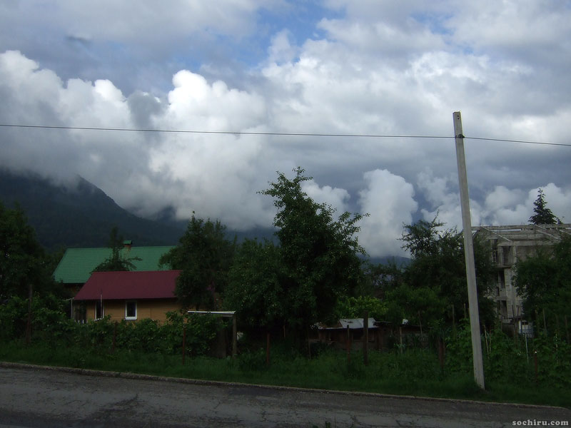 Перина облаков, проплывающая над посёлком