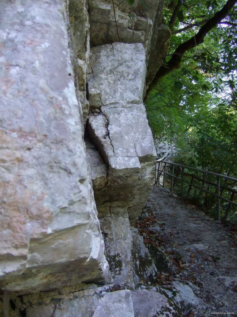 Скалы у туристической тропы вдоль реки Агуры