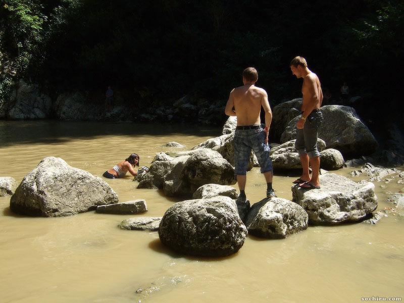 Отдыхающие на Агурских водопадах