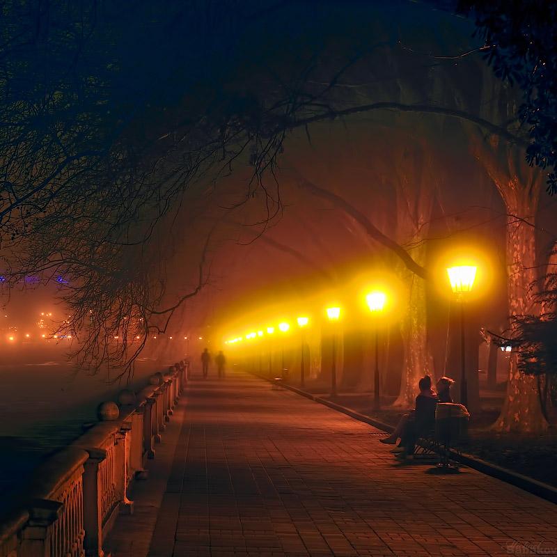 Туманный вечер на набережной реки Сочи