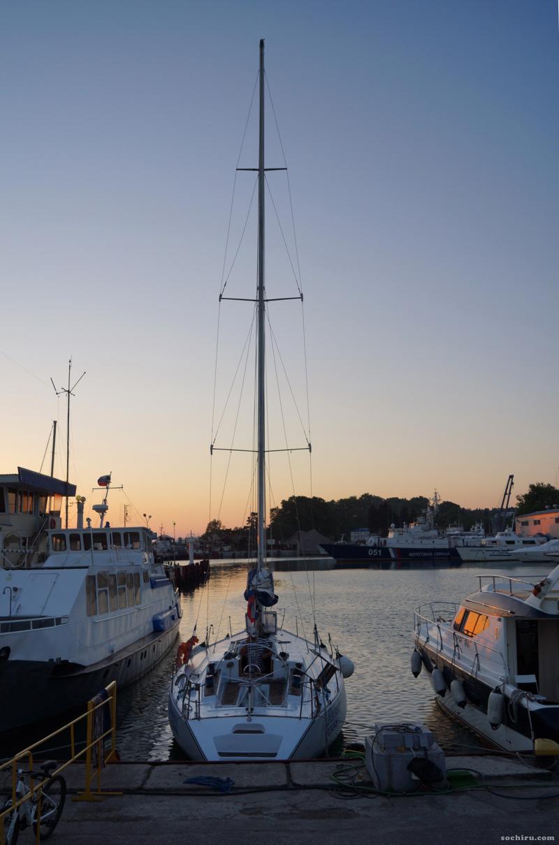 Морской порт Сочи во время заката