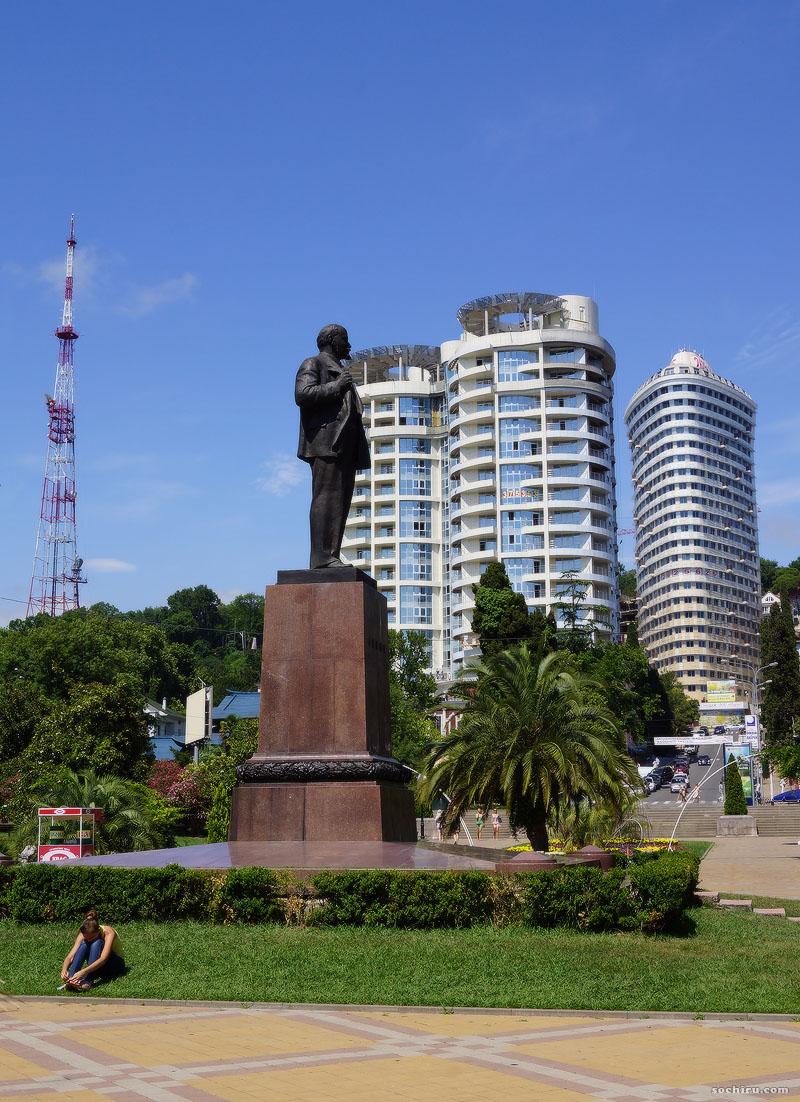Девушка у памятника