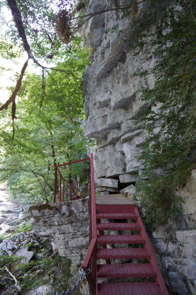 Лестница у отвесной стены в Тисо-самшитовой роще