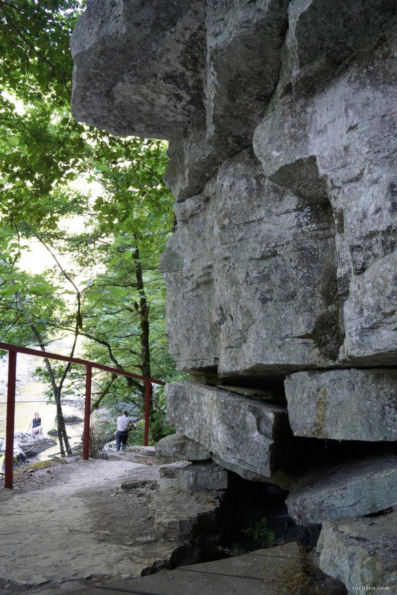 Отвесная скала в Тисо-самшитовой роще