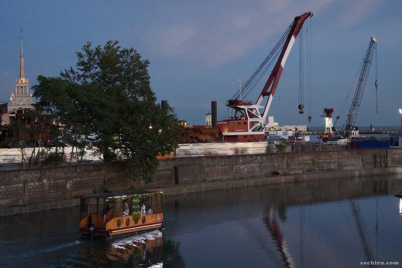 лодка в устье реки Сочи