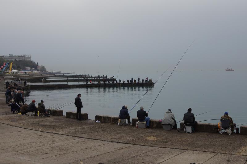 Рыбаки у морского порта