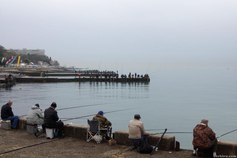 Толпы рыбаков