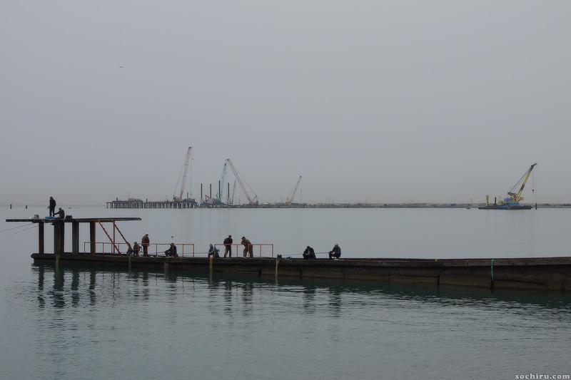 Рыбаки у акватории морпорта