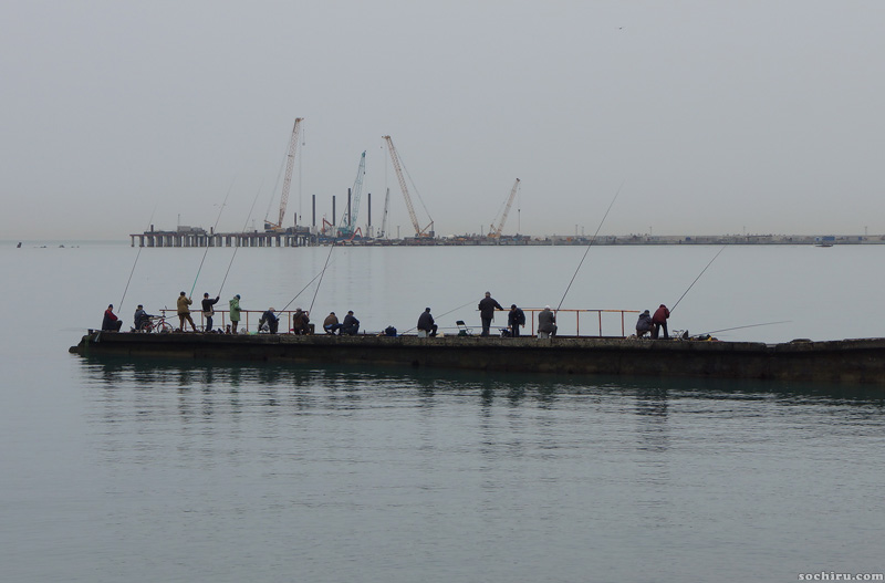 рыбаки на фоне, у акватории морпорта