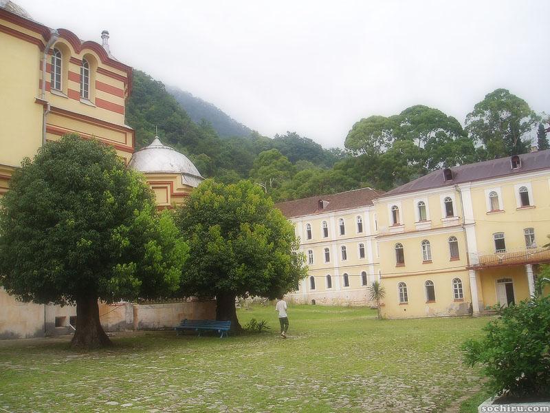 Внутренний двор Новоафонского монастыря
