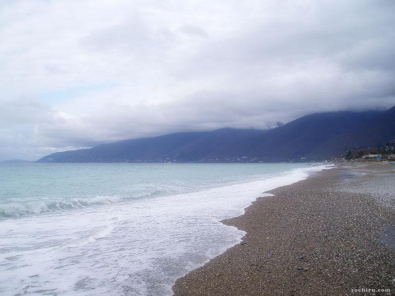 Пустынный пляж Гагр