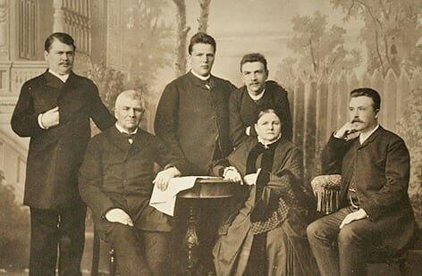 Бахрушины — династия московских предпринимателей и одних из известнейших меценатов России. В 1887 году на Сокольничьем поле они построили больницу для страдающих неизлечимыми заболеваниями.Бахрушины — династия московских предпринимателей и меценатовВ 1893 году при больнице был построен дом для призрения неизличимо больных. В 1895 они выделили 600 тысяч рублей на строительство в Сокольничьей роще бесплатного детского приюта для бедных и сирот православного вероисповедания.В 1888 году на Софийской набережной был построен «дом бесплатных квартир» для нуждающихся вдов с детьми и учащихся девушек. При доме действовали два детских сада, начальное училище для детей, мужское ремесленное училище и профессиональная школа для девочек. В 1901 году был построен городской сиротский приют.Полмиллиона рублей были пожертвованы на приют-колонию для беспризорных детей в Тихвинском городском имении в Москве.В 1913 братья Бахрушины снова выделили огромную сумму денег для постройки больницы, роддома и амбулатории в Зарайске.Александр и Василий Алексеевичи Бахрушины еще при жизни стали почетными гражданами Москвы за свою широкую меценатскую деятельность.