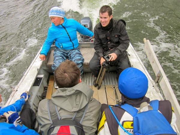 Переправа на моторной лодке через реку Чулышман