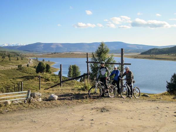 На велосипеде мимо горных озер