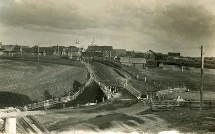 В российских деревнях в начале 1900 годов трудно было отыскать траву и деревья возле домов