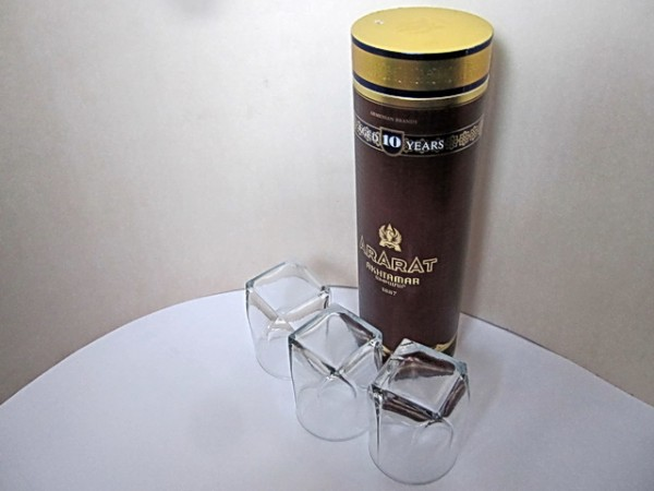 Цилиндр и три куба